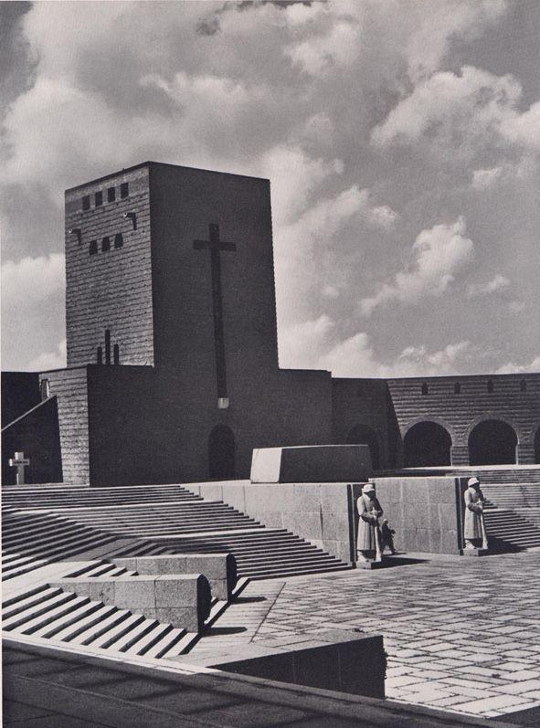 Reichspräsident und Generalfeldmarschall von Hindenburg wurde, nach seinem Tod im nahegelegenen Rittergut Neudeck, 1934 im Feldherrnturm beigesetzt und 1945 mit seiner Frau nach Marburg in die Elisabethkirche überführt. Vor dem Turm zwei erzene Weltkriegssoldaten, die ihren schlafenden Feldherrn bewachen