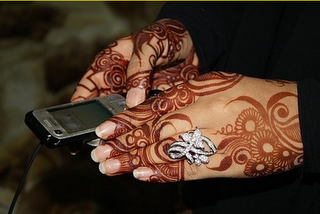 Again Beautiful Style Of Artist I Like The Negative Space That Flows Around The Hand With The Fingers Decorated Mehndi Designs Henna Bridal Henna Designs