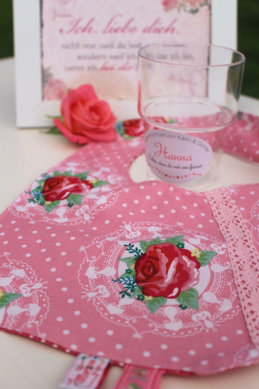 Gastgeschenke für die Kinder von www.annigretchen.net - Lätzchen mit Rosendesign. Außerdem personalisierte Kunststoffbecher für jeden jungen Gast. #Rosenhochzeit #Tischdekoration