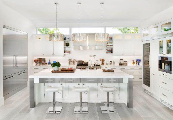 Ten una elegante cocina en blanco y gris Decoración contemporánea