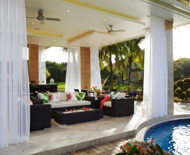 Überdachte Terrasse Mit Lichtdurchlässigen Gardinen Anziehen Behaglicher  Sitzbereich