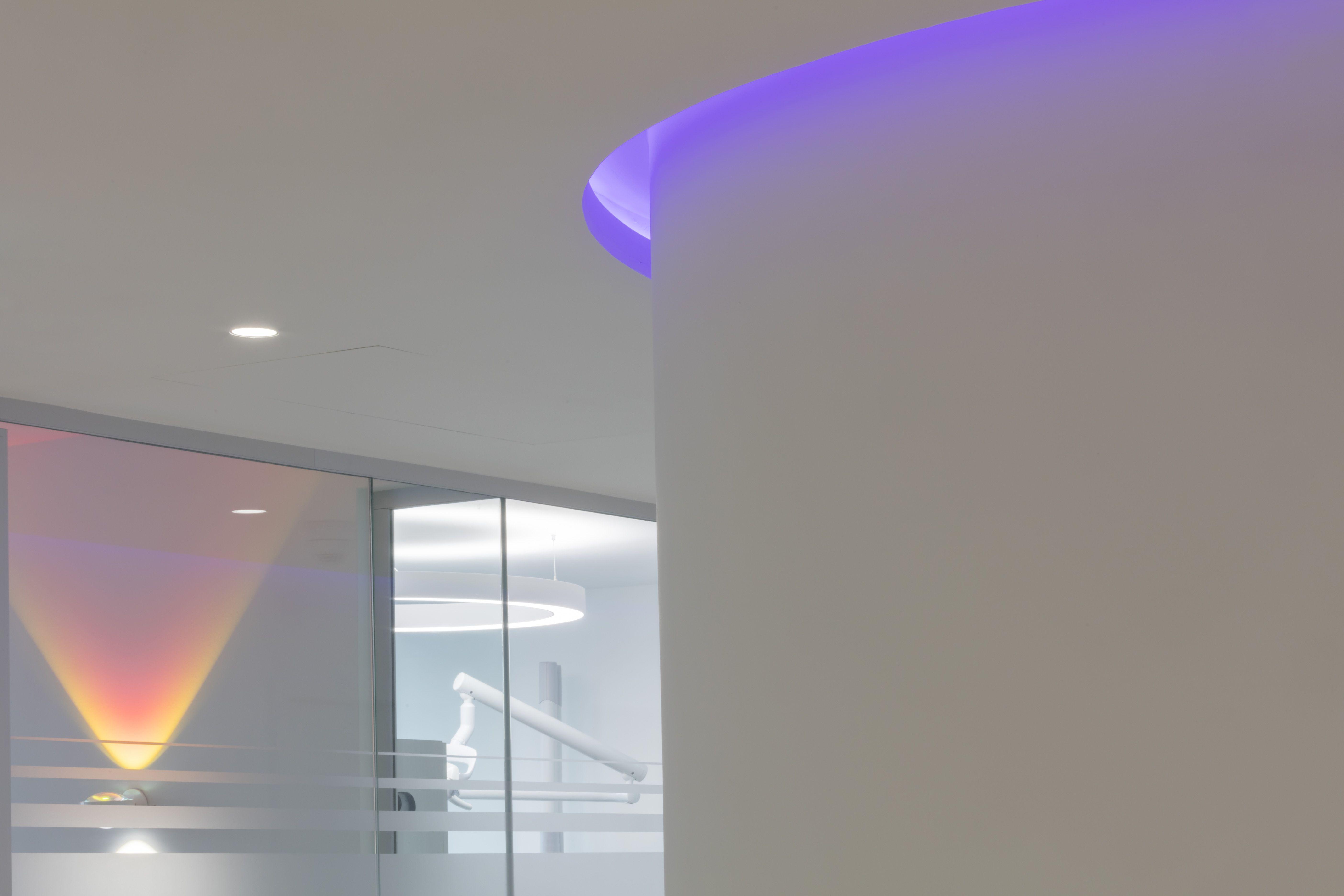 Eine Farbig Steuerbare Led Lichtvoute Setzt Akzente Praxis Beleuchtung Licht Zahnarzt Lichtvoute Led Licht Lichtplanung Beleuchtung