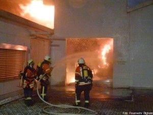 Mehrere Millionen Euro Schaden bei Brand in Druckerei http://www.feuerwehrleben.de/mehrere-millionen-euro-schaden-bei-brand-in-druckerei/ #feuerwehr #firefighter