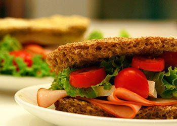 O pão funcional sem farinha com chia e aveita é um lanche saudável e rico em fibras. Experimente esta receita de pão funcional no micro-ondas