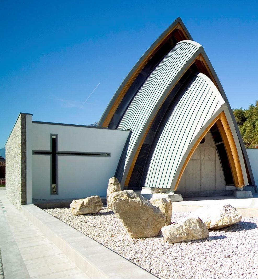 Chiesa Di Mas Peron (Italia) by Studio Arch.Alberto De Biasio,   Technique : VMZ Standing seam –  Aspect: QUARTZ-ZINC®  #QuartzZinc #Italia #Church #Zinc #VMZINC #Architecture #Project #Roofing #Italy