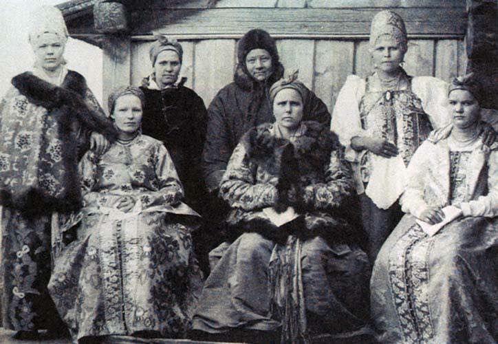 Поморские женщины (справа с платком в руке стоит девушка ...