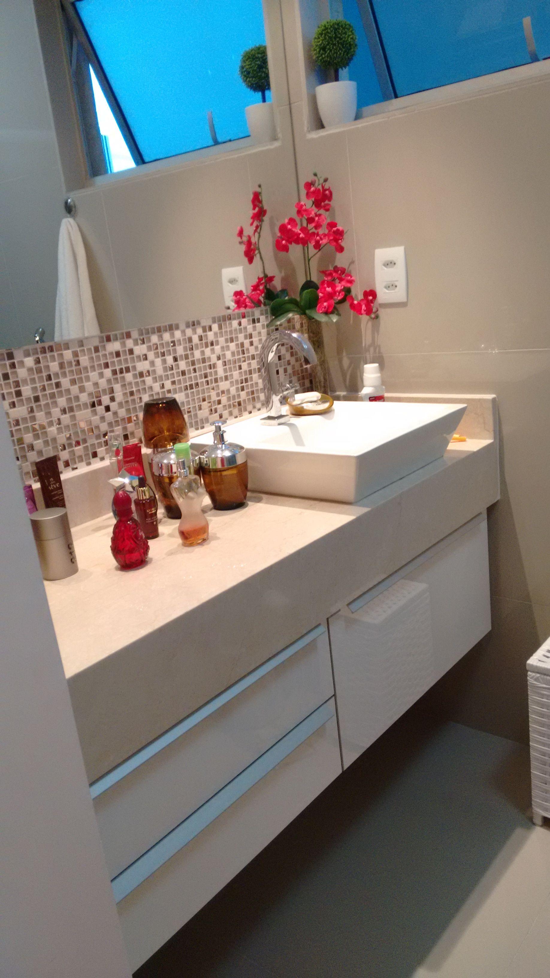 Bancada do banheiro de casal com cuba de apoio, granito Bege Bahia e detalhe  -> Cuba Banheiro Bege
