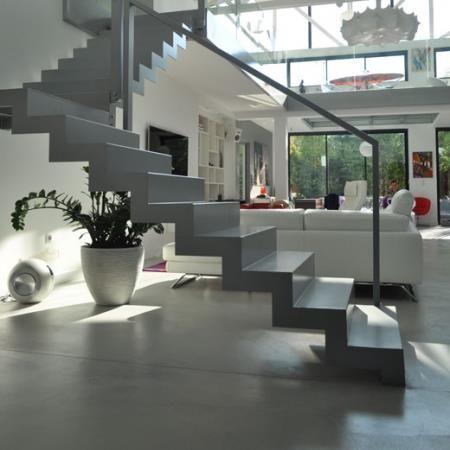 Escalier en b ton sculptural au milieu de l 39 espace maison pinterest escalier en beton for Escalier beton design