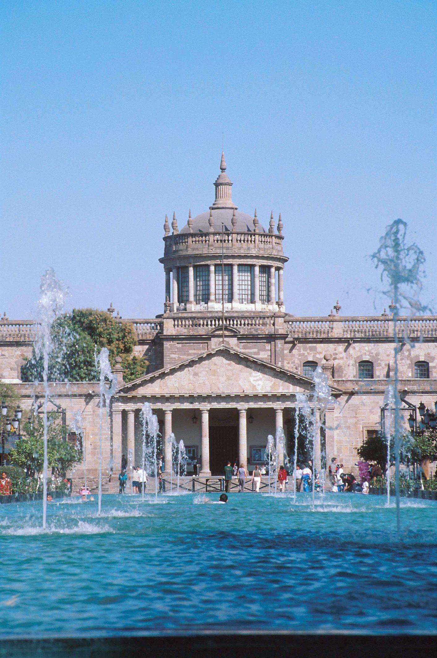 Instituto Cultural Cabañas, edificio diseñado por Manuel Tolsá y concluído en 1845 con un bello estilo neoclásico. / Cabañas Cultural Institute, this building was constructor by Manuel Tolsá and complete in 1845.