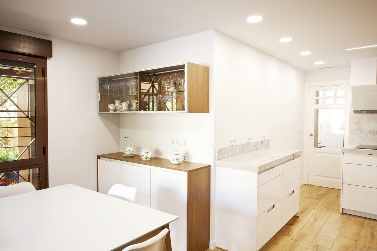 Amplia cocina combinada en blanco y madera. Pequeño banco de trabajo ...