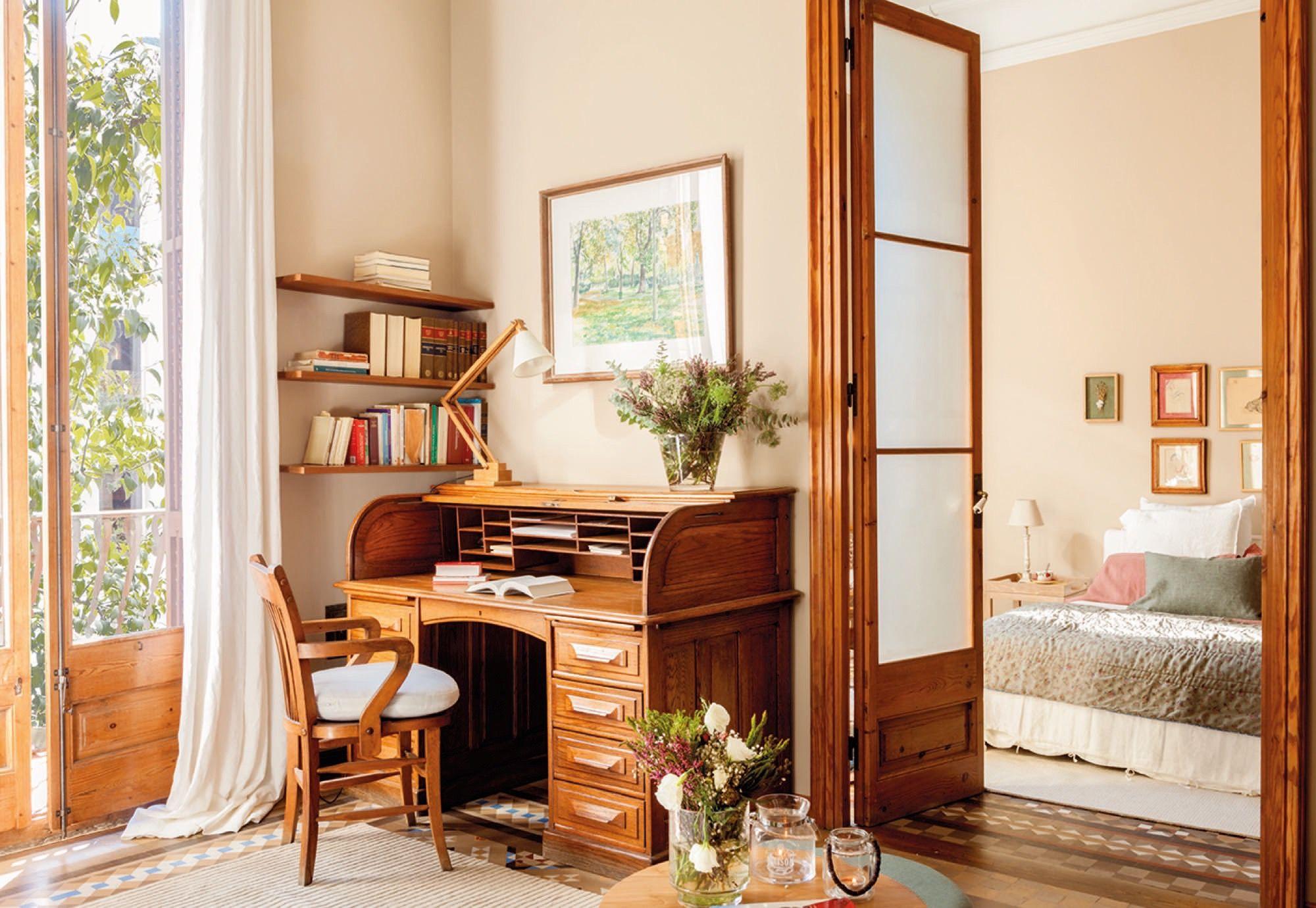 escritorio antiguo de madera en un dormitorio