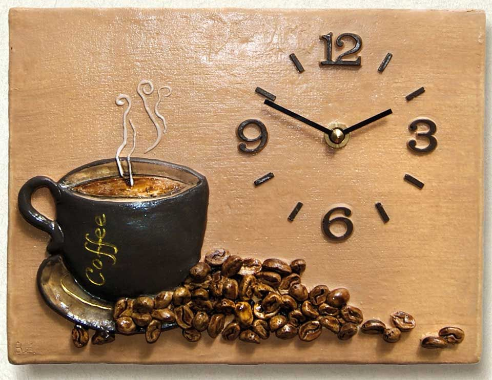 k chenuhr kaffeetasse aus handbemalter keramik frisch aufgebr hter kaffee l dt zu einer. Black Bedroom Furniture Sets. Home Design Ideas