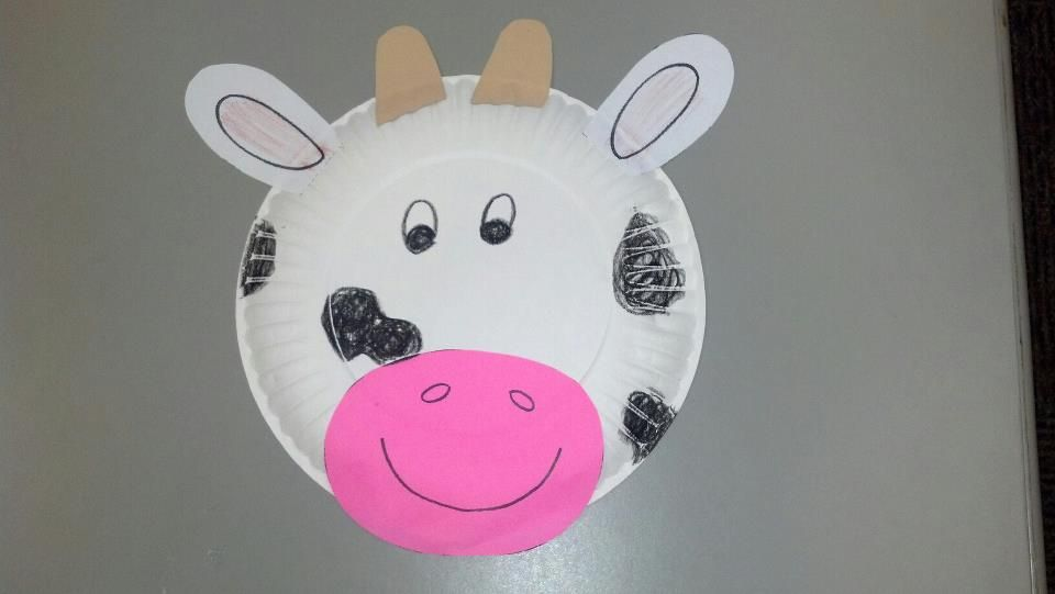 Paper plate cow craft.