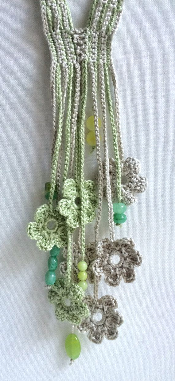 Deze mooie lange gehaakte ketting is het zorgvuldig gemaakt in katoenen draad met bloem haak motieven als decoratie. Mooie groene tint kralen toegevoegd als decoratieve motieven. Al mijn creaties zijn een van een soort.