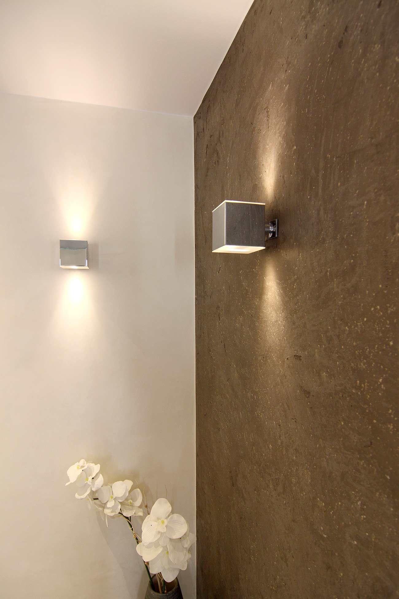 Badezimmer design stand-up-dusche zimmerecke mit heller und grau verputzter wand zwei viereckige