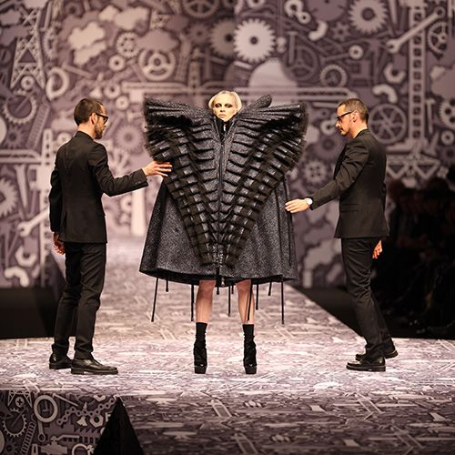 Viktor & Rolf - #whatthewhat Fail - It looks like she is stuck in a alien vagina!