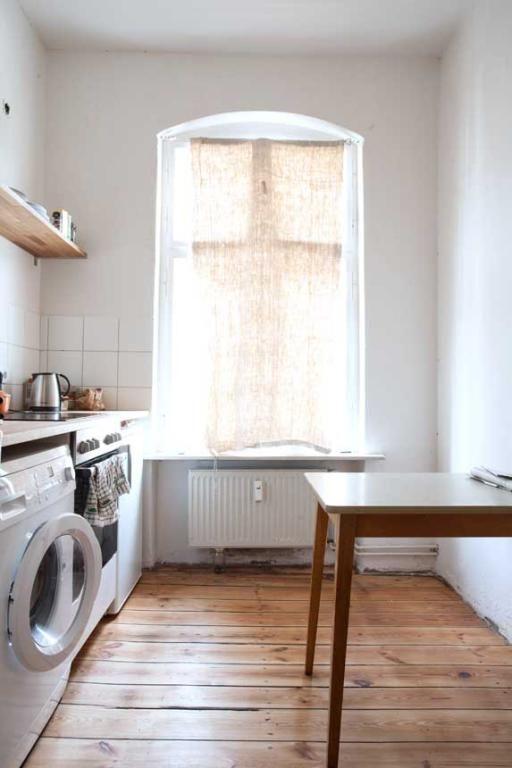 altbauk che mit holztisch und parkettboden gro em fenster und hellen m beln wohnung in berlin. Black Bedroom Furniture Sets. Home Design Ideas