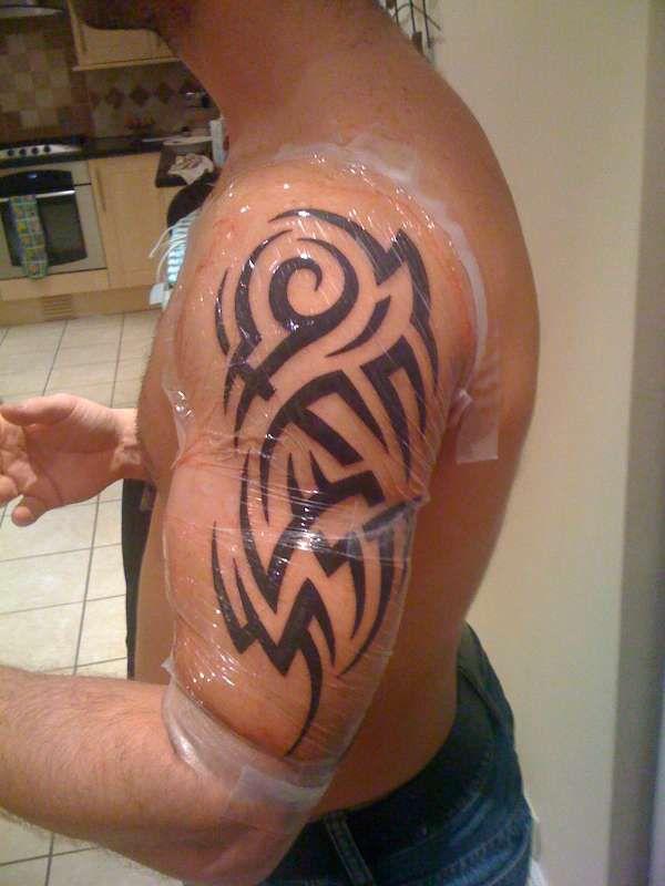 tatouage homme bras tribal classique