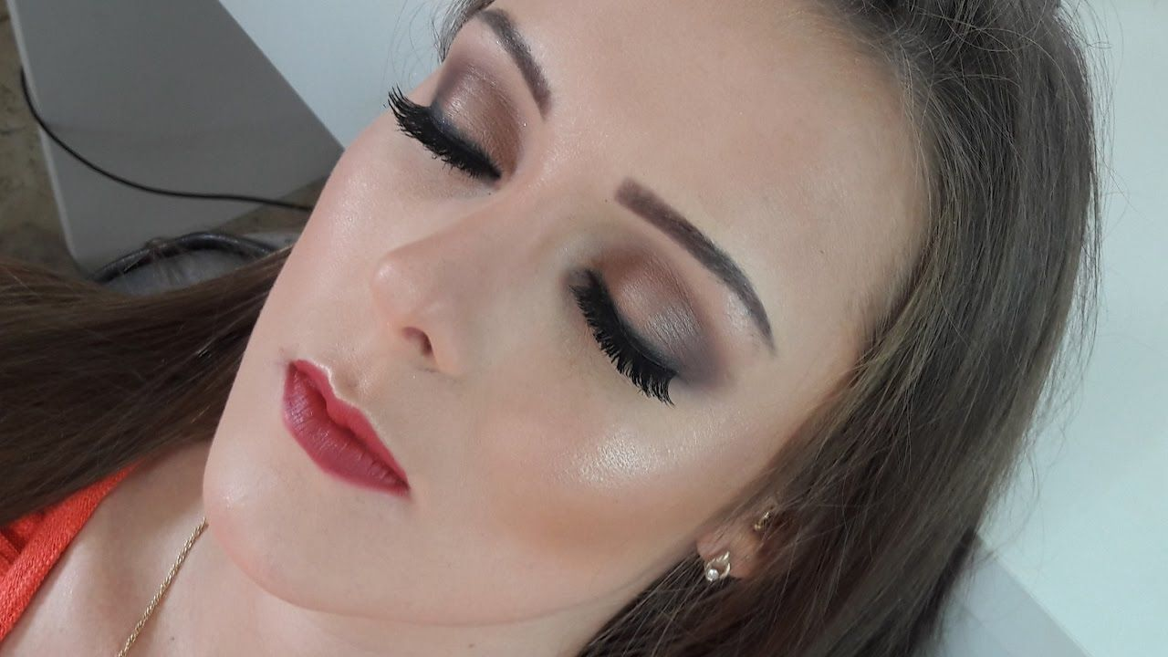 Maquiando cliente #8 Maquiagem Neutra/delineado esfumado/Simples e fácil...