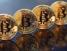 Bitcoin 'vuela alto' y supera los 7 mil dólares - El Financiero