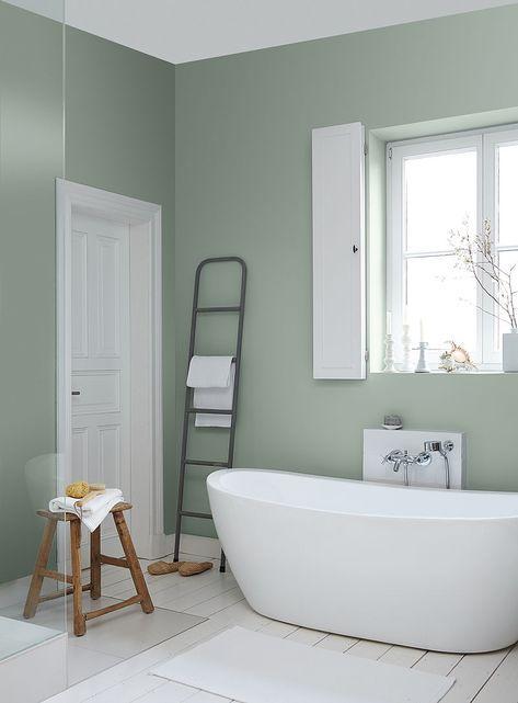 Lichtes Meerschaumgrün in Kombination mit Weiß und Naturholz - farbe fürs badezimmer