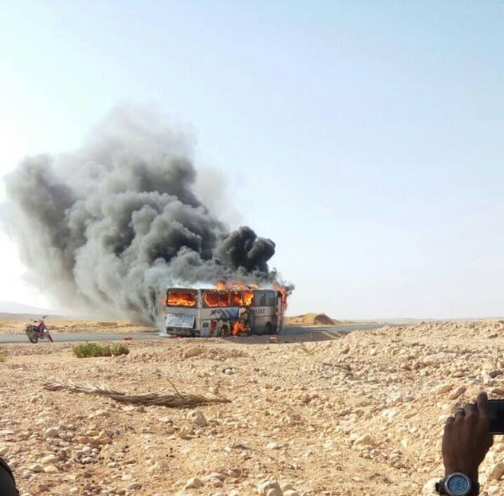 اليمن شاهد بالصور احتراق باص نقل جماعي قرب مدينة الغيظة والأهالي ينقذون الركاب بالكامل