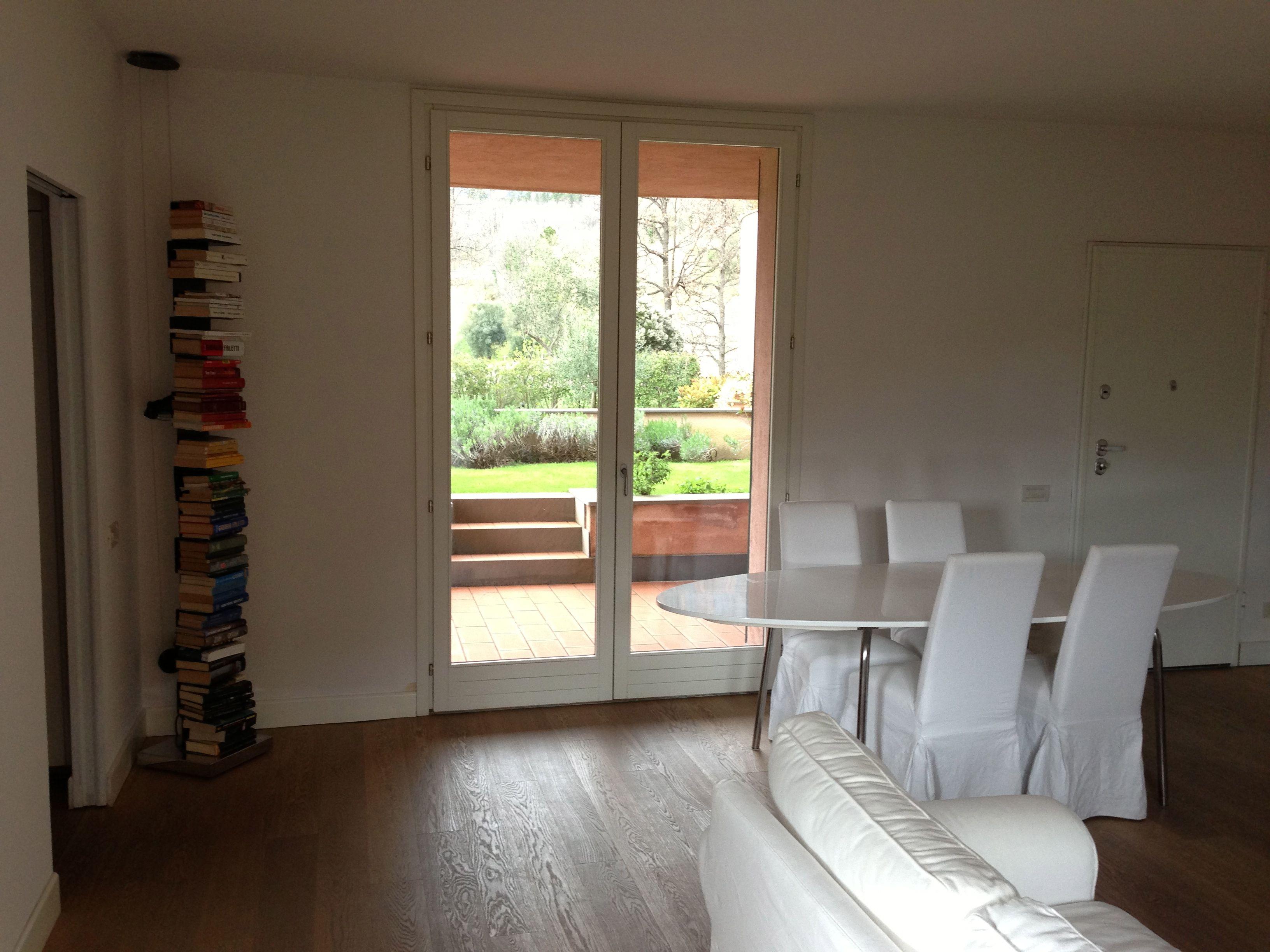 Soggiorno con porta finestra sul lato loggia e giardino ingresso