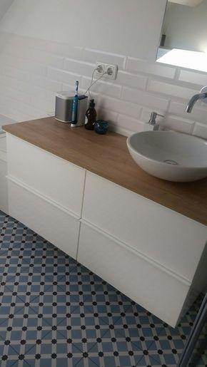 In deze badkamer is de vloertegel van Vives, Palau Celeste, 20 x 20 ...