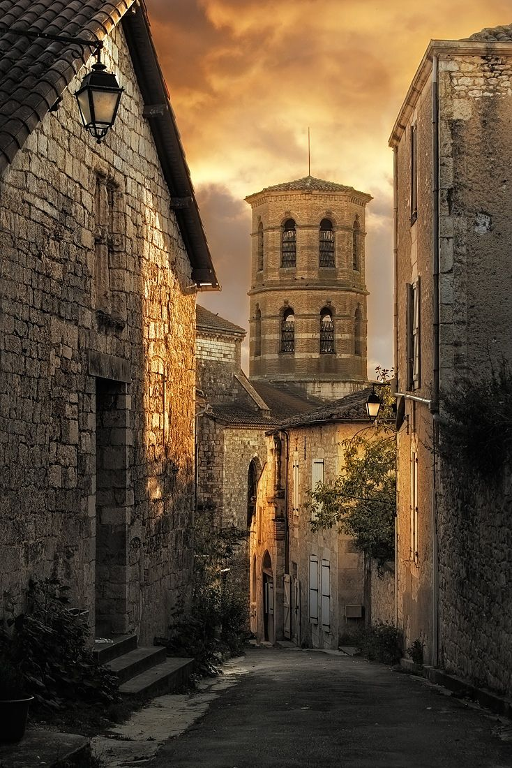 Sur le chemin de Compostelle, le joli village de Montcuq - Village de Montcuq by Yvon Lacaille on 500px