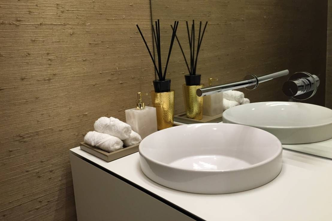 Simple, white, circular sink with decanter in a modern bathroom. By PAULA NOVAIS ARQUITECTOS E DESIGN.