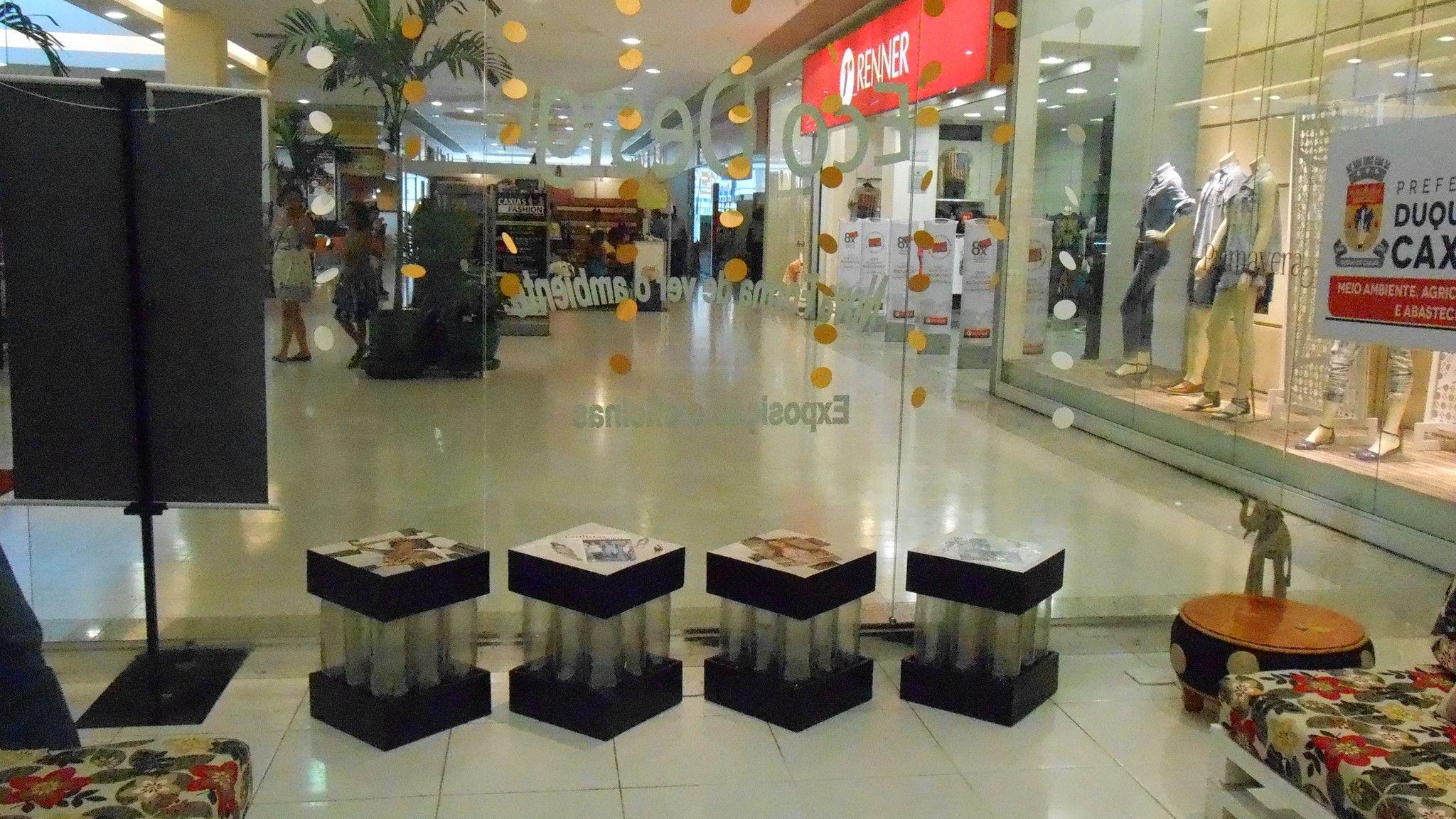 Pufs de pallet, pet, e folhas de revista no shopping Caxias Rio de Janeiro.