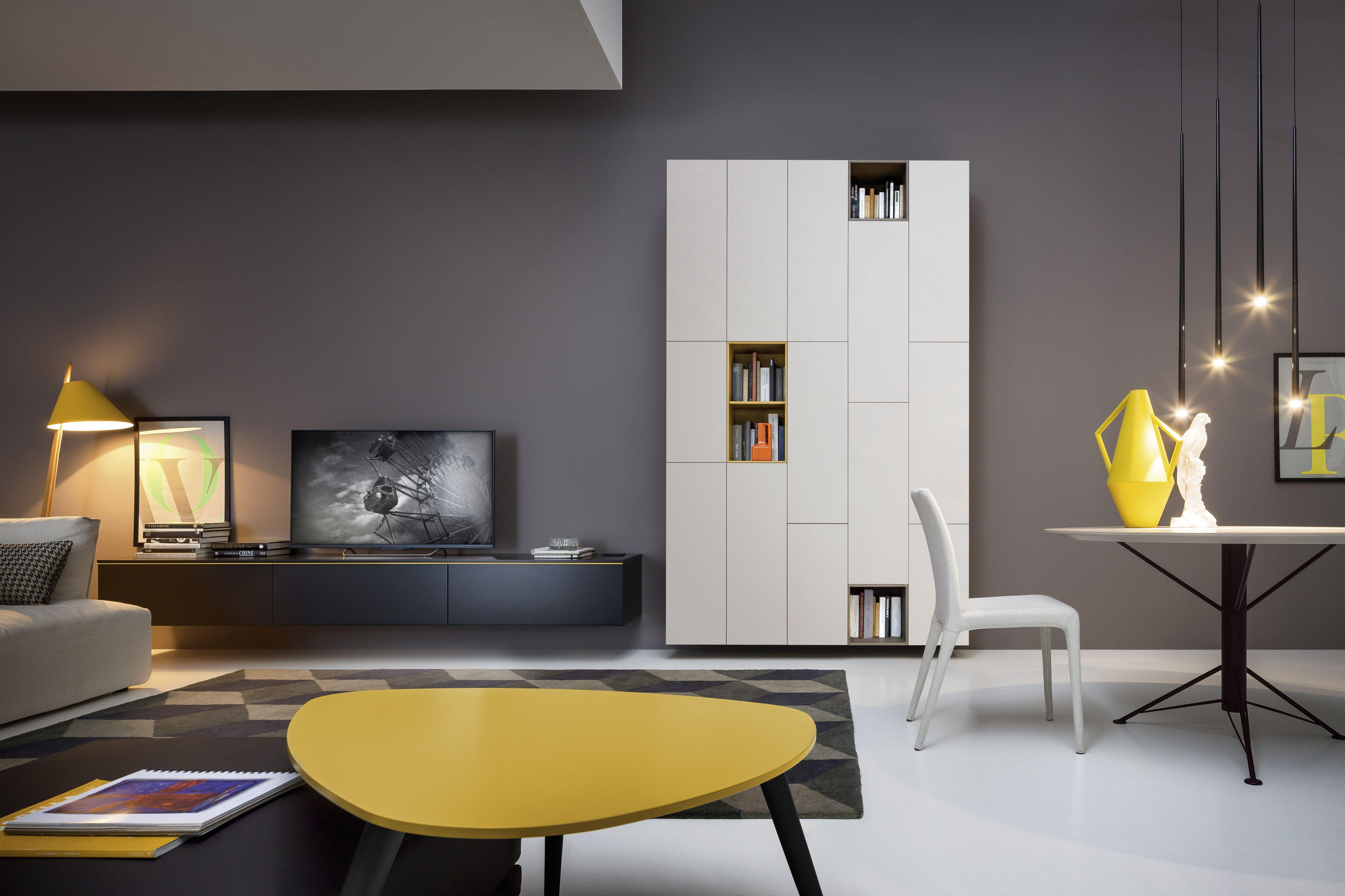 Modernes wohnzimmer mit tv wand lowboard hängeschrank mit offenen elementen