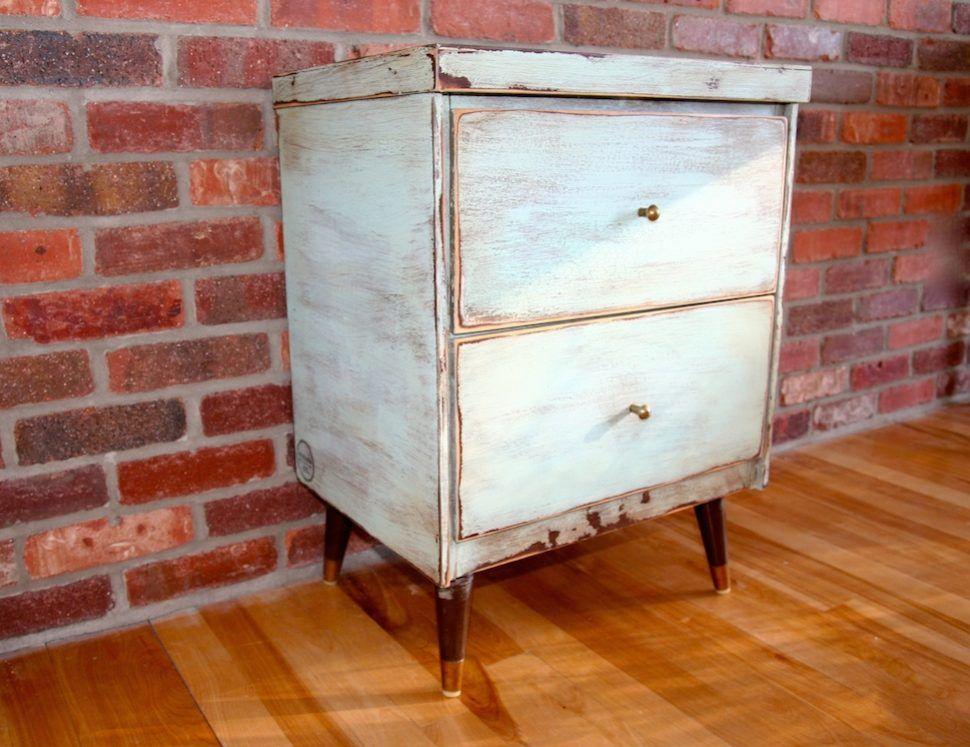 Table de chevet vintage relookée avec de la peinture à la craie - Peindre Table De Chevet