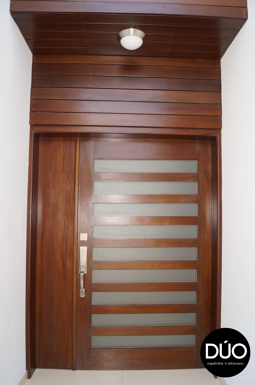 Puerta madera entrada casa residencial pm pinterest for Puerta entrada madera