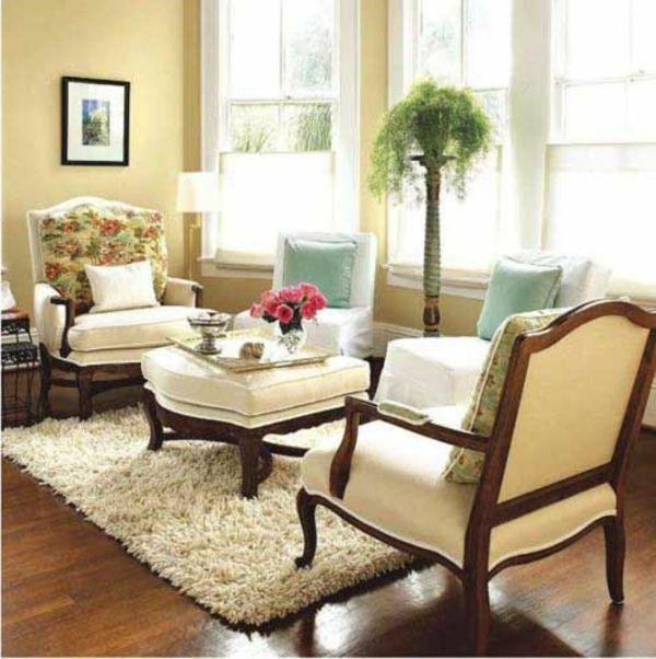 deko pflanze und schöne sesseln im wohnzimmer mit gelber