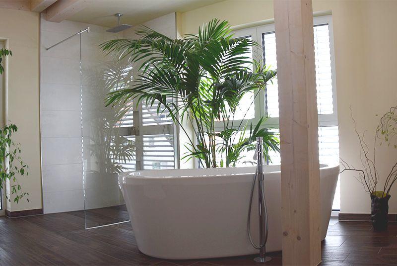 Gemütliches Badezimmer mit bodengleicher Dusche und freistehender - badezimmer neubau