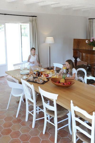 Décoration d\'intérieur. Salle à manger rénovée dans une maison de ...