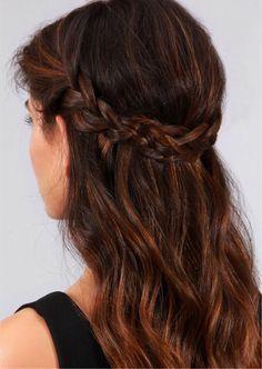 Quer inspiração de penteado rápido e fofo? Esse fica lindo tanto em loiras como em morenas: duas tranças que se encontram e formam uma coroa.