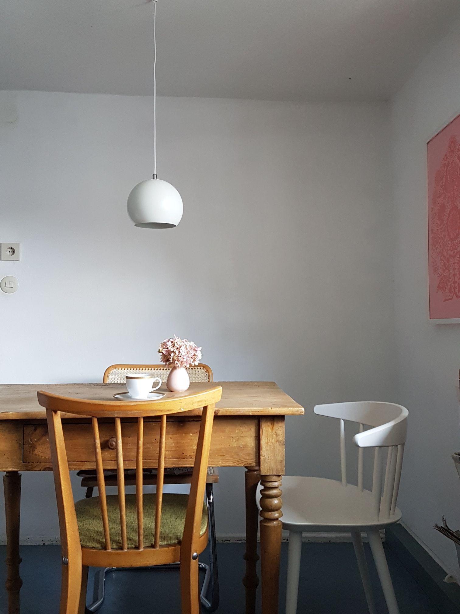 Stuhl-Mix am Esstisch: Der J104 von HAY ziert zusammen mit einigen ...