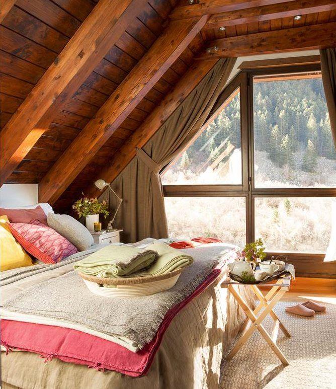Dormitorio rústico con vigas de madera en blanco y vistas al campo ...