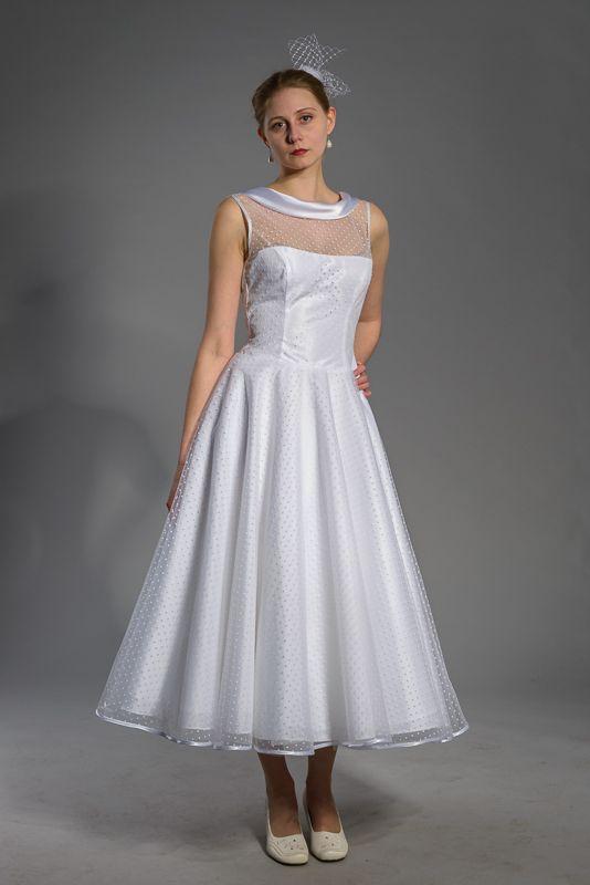 Puntíkaté svatební šaty s delší sukní Šaty z puntíkatého tylu s kolovou  sukní v délce pod 138cf57179