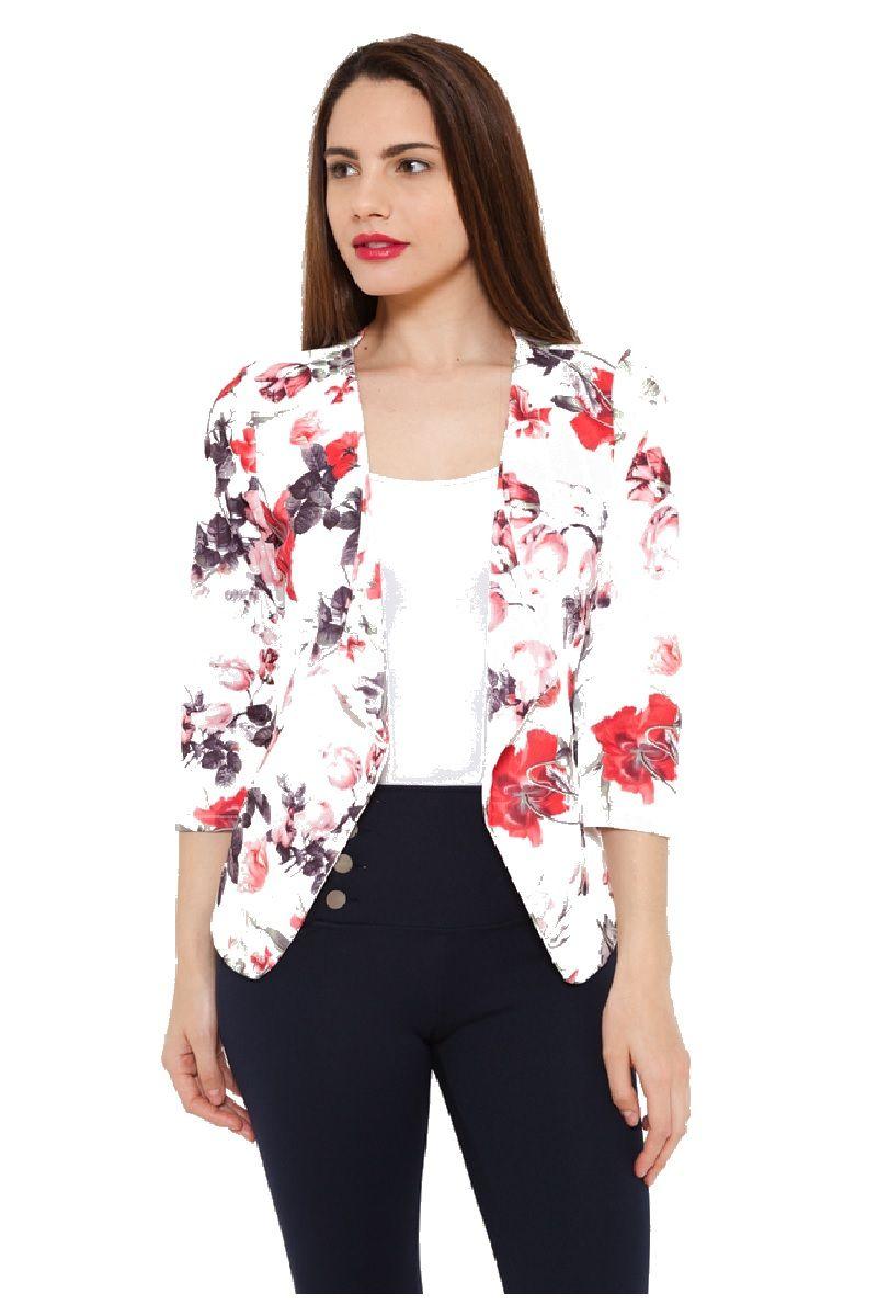 b9cd531d546 La #blazers se reinventan para convertirse en la prenda del #verano. Como  esta #chaqueta con manga francesa y estampado floral.