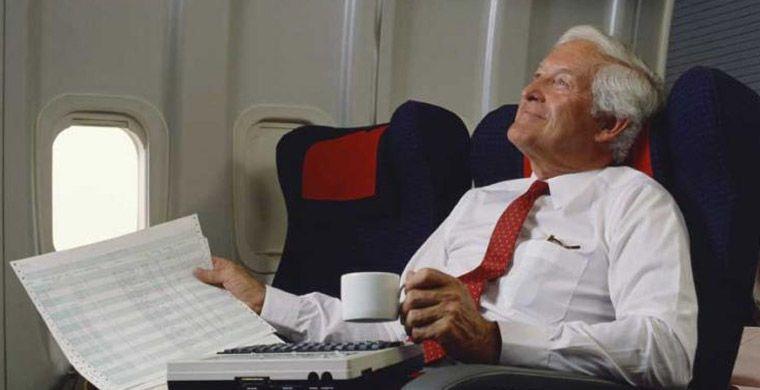 О чем попросить стюардессу и что заказать у авиакомпании: платные и бесплатные опции на борту, о которых многие даже не догадываются