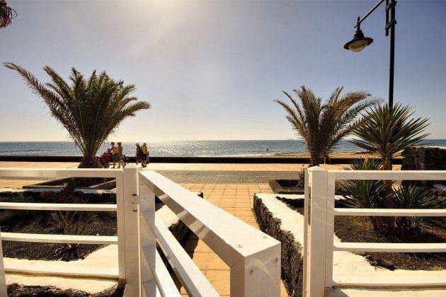Spanien Kanaren Bungalow an der Promenade im Süden der Insel Lanzarote