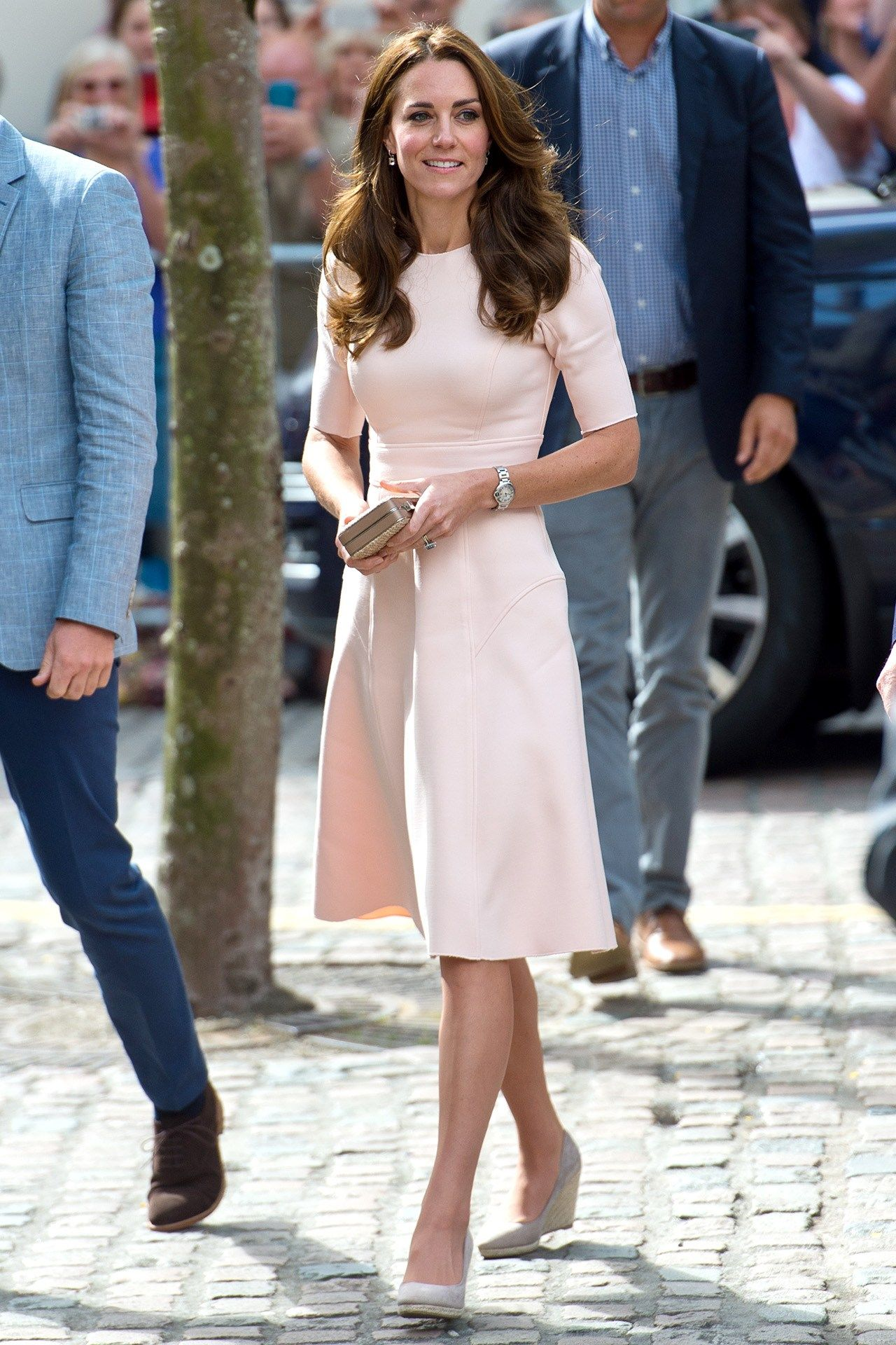 foto Kate Middleton Stuns in a Pink Dress and Statement Earrings at Prince Charless Birthday Dinner