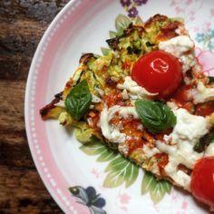 Gezonde pizza? Dat kan! Deze healthy pizza met courgettebodem is glutenvrij, koolhydraat arm en detoxproof. De pizzabodem is van courgette gemaakt, smullen!