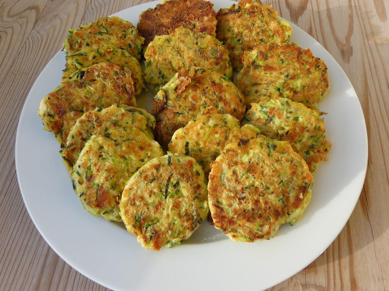 Řecké cuketové placičky 2 cukety 2 vejce 250 g fety nebo balkánského sýra 1 šálek hladké mouky 2 stroužky česneku ½ šálku najemno nasekané plocholisté petrželky 1-2 lžičky rozdrcené sušené máty sůl pepř extra virgin olivový olej Cuketu vymačkejte, sýr, bylinky, rozmačkaný česnek a vejce smíchejte, přidejte pepř, sůl a mouku. Výsledná směs by měla být hustší než na bramborák, aby z ní šly vytvarovat placičky, obalte v hladké mouce a osmažte na olivovém oleji.