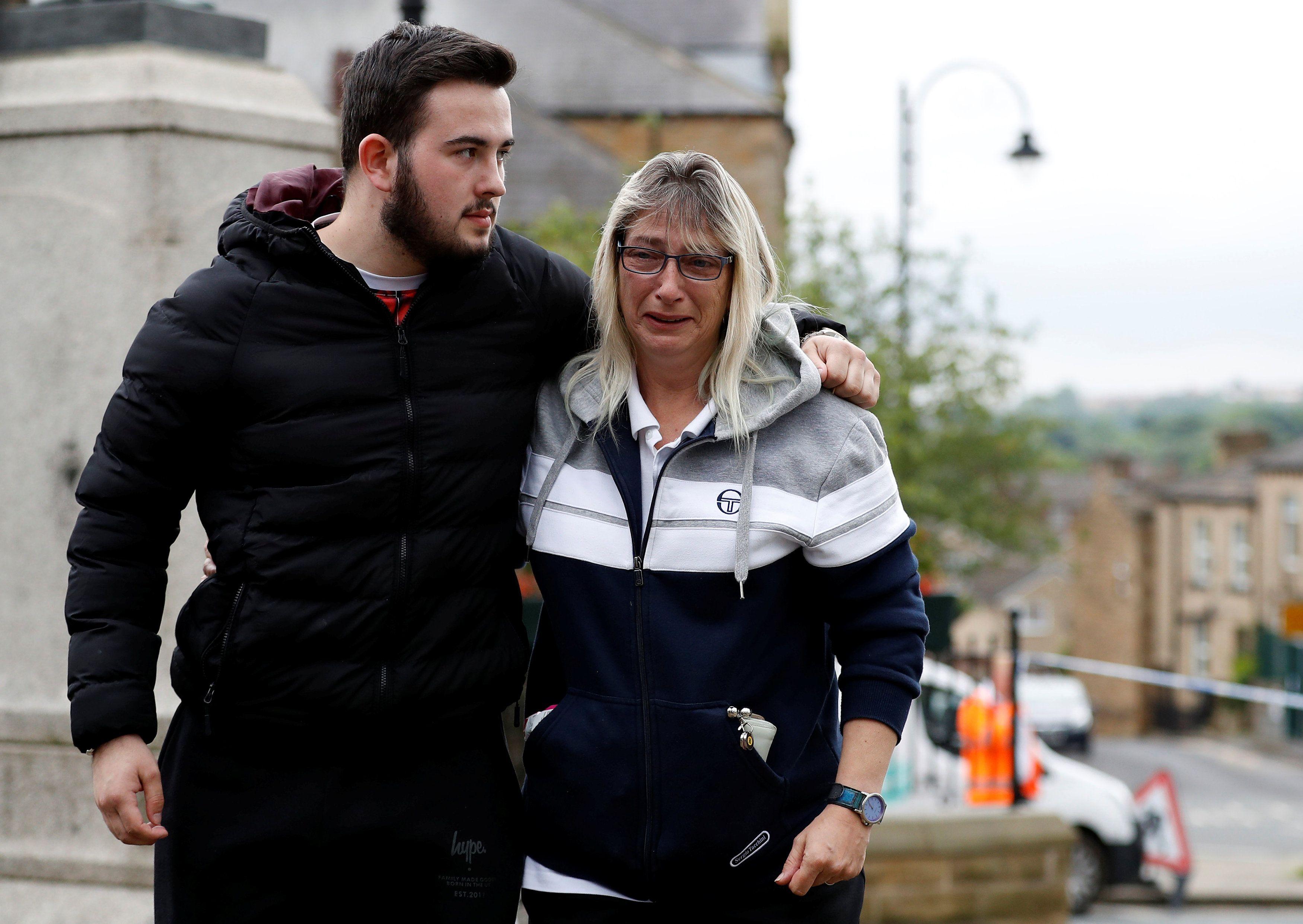 Vražda poslankyně Jo Coxové, která usilovala o setrvání Británie v Evropské unii, je podle britského premiéra Davida Camerona tragédií. Předseda labouristů Jeremy Corbyn označil čin za ohavný. Podle manžela poslankyně Brendana Coxe by jeho žena nyní chtěla, aby se všichni spojili proti nenávisti, která ji zabila.