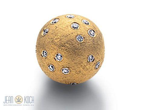 Aus der Kollektion unseres Partners Jörg Heinz 750/- Gelbgold-Kugelschließe - Sternenhimmel, Durchmesser 13 mm, kratzmattiert mit 30 Brillanten. Damit wird jede Perlenkette noch schöner und nicht nur Perlenketten.