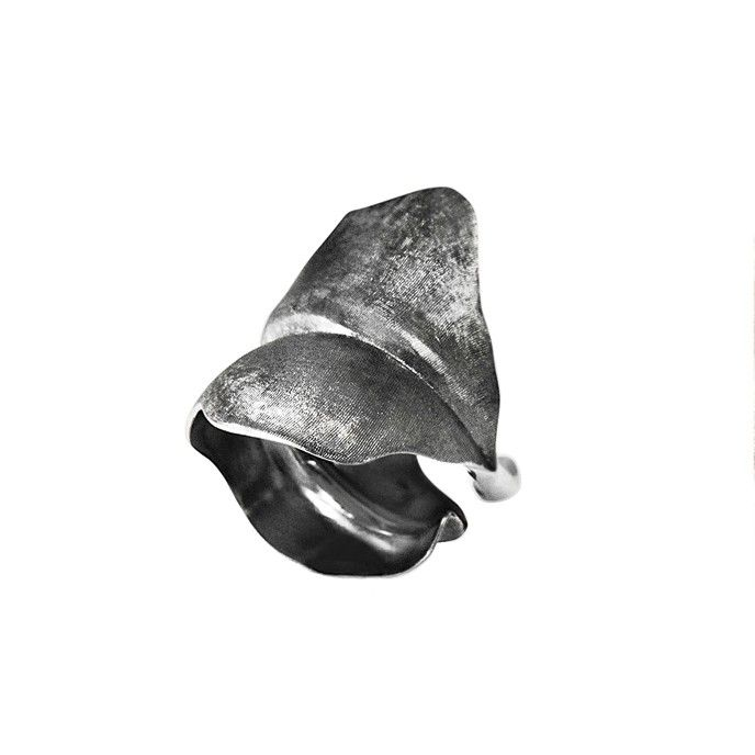 Leaves ring in Sterling silver. Ring Leaf large Sterling silver - oxidized by OLE LYNGGAARD COPENHAGEN
